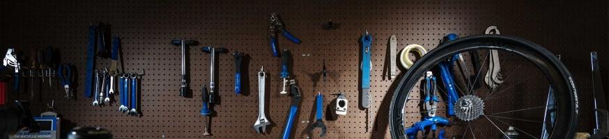 Инструмент для ремонта и обслуживания велосипеда, начиная от шестигранников и заканчивая наборами для нарезки резьбы в каретке